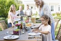 ガーデンパーティの準備をする外国人家族