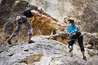 岩場を登る登山者
