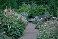 花とベンチ ヒドコートガーデン