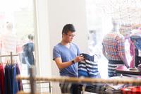 買い物をする男性