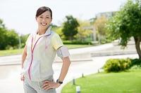 ランニングウェアを着た中高年日本人女性