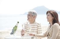 シャンパンを飲む中年夫婦