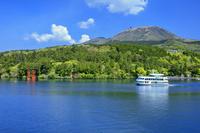 神奈川県 遊覧船と新緑の芦ノ湖より駒ヶ岳