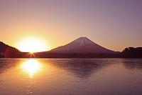 山梨県 精進湖より富士山と日の出
