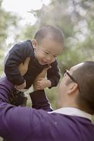 幼児を抱き上げる