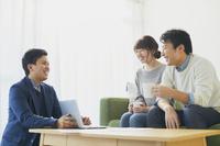 セールスマンに相談する日本人夫婦