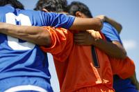円陣を組むサッカー選手