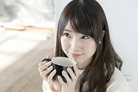 お茶を飲む20代日本人女性