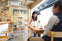 カフェで話す若いカップル