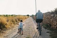 自転車で出かける祖父と孫
