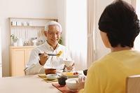 朝食を食べるシニア夫婦 和食