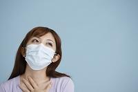 マスクする日本人女性