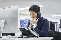 クレーム対応する日本人ビジネスマン