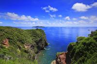 東京都 小笠原諸島 母島 向島と太平洋の青い海と空