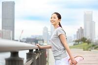 公園でストレッチする若い日本人女性