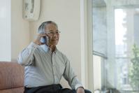 スマートフォンで通話するシニアの日本人男性