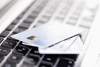 キーボードに置かれたクレジットカード