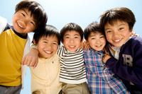肩を組む笑顔の日本人の男の子