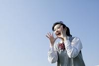 遠くへ向かって叫ぶ女子高生