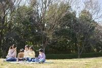 ピクニックをする日本人家族