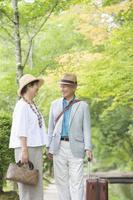 見つめあう日本人シニア夫婦
