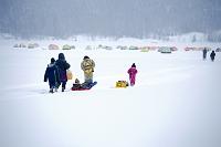 北海道 上士幌町 糠平湖 凍結した湖に向かうワカサギ釣りの家族
