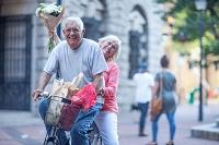買い物をする外国人のシニア夫婦