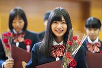 卒業式をする学生