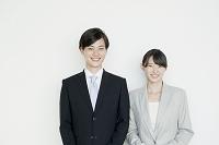 スーツ姿の若い日本人男女
