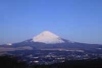 静岡県 未明の富士山と御殿場市の街灯り