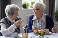 友人と食事するシニア外国人
