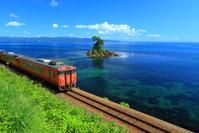富山県 氷見線の列車と富山湾