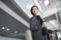 空港にいるビジネス女性