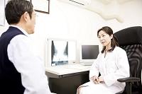 女性医師が男性患者の診察1