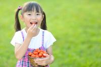 ミニトマトを食べようとしている日本人の女の子