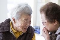 笑顔で会話するおばあさん