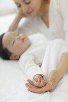 眠る赤ちゃんとお母さん