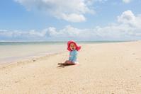 ビーチに座る外国人の赤ちゃん