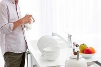 キッチンでお皿を拭く男性