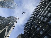 イギリス ロンドン ビルの隙間から見る飛行機