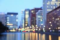 東京都 馬場先濠と丸の内 ビル群の夜景 ピントボカシ