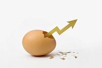 割れた卵の殻から伸びる矢印