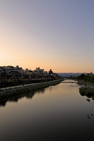 京都 夕暮れの鴨川納涼床
