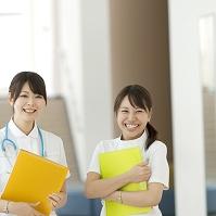 ファイルを持ち微笑む看護師