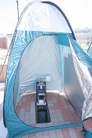 避難地での簡易テント内のトイレ