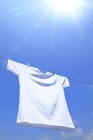 洗濯したTシャツと青空 太陽