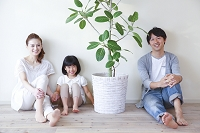 観葉植物と日本人三人家族