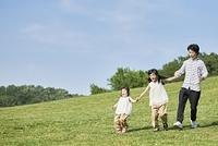 手をつなぐ日本人家族