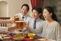 ビールで乾杯をするビジネスパーソン