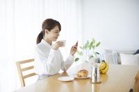 スマートフォンを見る日本人女性